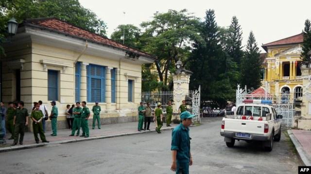 Cảnh sát và nhân viên an ninh bên ngoài Tòa án nhân dân thành phố Hồ Chí Minh.