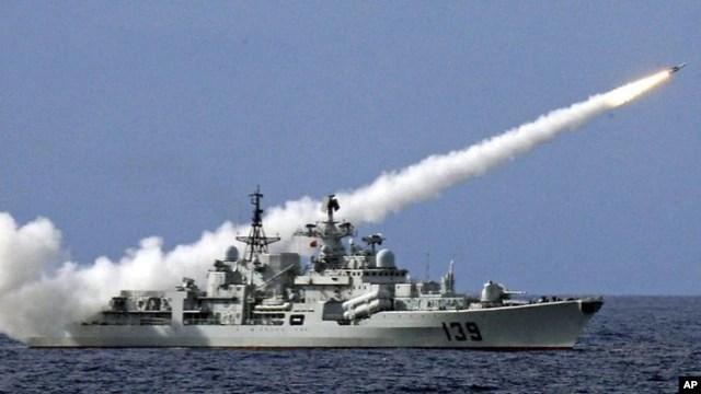 Tàu chiến của Trung Quốc bắn tên lửa trong một cuộc tập trận ngoài khơi Biển Đông (ảnh tư liệu).