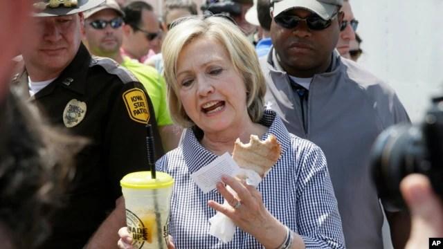 Bà Clinton thử một món thịt heo tại hội chợ Des Moines, Iowa, ngày 15/8/2015.