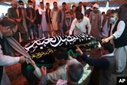 Pemakaman Mina Khiari, yang tewas dalam pemboman pekan lalu, di Kabul, Afghanistan, Sabtu, 5 Juni 2021. (AP)