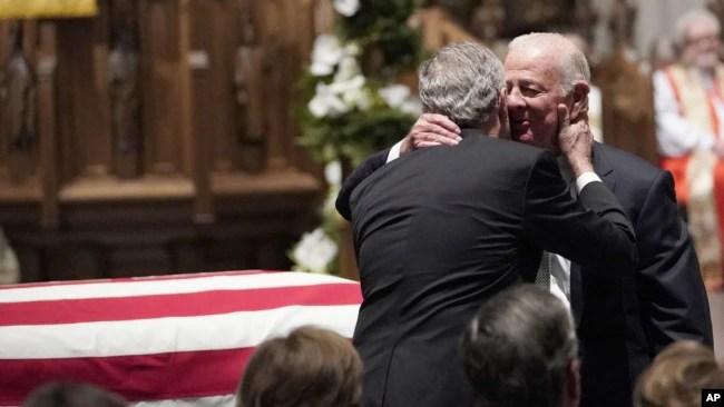 El expresidente George W. Bush abraza al exsecretario de Estado James Baker (derecha), después del panegírico de Baker al expresidente George H.W. Bush en la iglesia episcopal de San Martín, en Houston, Texas.