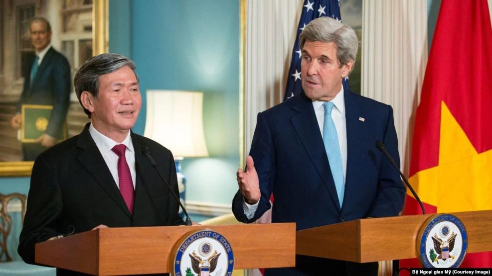 Ngoại trưởng Hoa Kỳ John Kerry và Thường trực Ban Bí thư Đảng Cộng sản Việt Nam Đinh Thế Huynh phát biểu trong một cuộc họp báo chung tại Bộ Ngoại giao Hoa Kỳ, thủ đô Washington, ngày 25 tháng 10 năm 2016 [Bộ Ngoại giao / Public Domain]