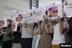香港获奖记者蔡玉玲的支持者在法庭外举牌支持。(2021年4月22日)