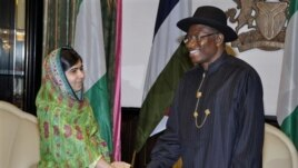 Tổng thống Nigeria Goodluck Jonathan tiếp nhà hoạt động Pakistan Malala Yousafzai ở Abuja, Nigeria, 14/7/14