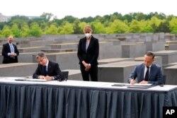 امریکی وزیر خارجہ بلنکن اور ان کے جرمن ہم منصب ہالوکاسٹ سے انکار کی روک تھام کے معاہدے پر دستخط کر رہے ہیں۔ 24 جون 2021
