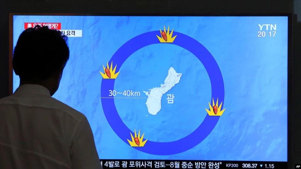 Truyền hình Hàn Quốc đưa tin Bắc Hàn dọa tấn công đảo Guam của Mỹ, ngày 10/8/2017.