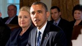 Trong bức ảnh ngày 28 tháng 11 năm 2012 cho thấy cựu Ngoại trưởng Hoa Kỳ Hillary Clinton đang lắng nghe khi Tổng thống Obama phát biểu tại Phòng Nội các trong Tòa Bạch Ốc ở Washington.