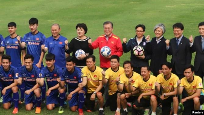 Ông Park Hang-seo và đội tuyển U-23 Việt Nam chụp ảnh chung với Tổng thống Hàn Quốc Moon Jae-in hồi tháng Ba năm nay.