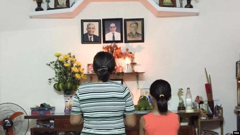 Bà Nguyễn Thị Tuyết Lan, mẹ của chị Nguyễn Ngọc Như Quỳnh (blogger Mẹ Nấm), đang cầu nguyện cho con mình sau khi blogger này bị bắt khẩn cấp. (Ảnh do nhân vật cung cấp)