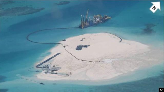 Trung Quốc tiếp tục tiến hành các hoạt động lấp biển lấy đất tại những đảo nhỏ mà Bắc Kinh chiếm đóng ở quần đảo Trường Sa, nơi Bắc Kinh có tranh chấp chủ quyền với Việt Nam, Philippines, Malaysia, Brunei và Đài Loan.