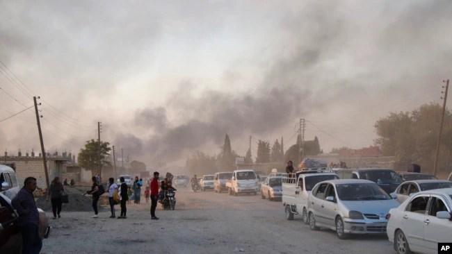 Los sirios huyen de la comunidad de Ras al Ayn, en el norte de Siria, ante ofensiva de Turquía el miércoles 9 de octubre
