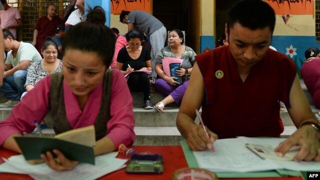 Người Tây Tạng lưu vong hoàn tất giấy tờ bầu cử tại một điểm bỏ phiếu ở New Delhi hôm 18/10/2015.