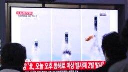 Archivo - Gente observa en Seúl, Corea del Sur, imágenes de TV que muestran lanzamiento de misiles de Corea del Norte.