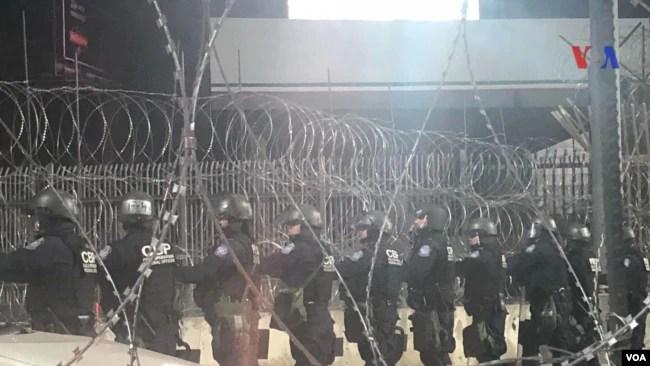 Estados Unidos reforzó el punto fronterizo de San Ysidro antes de la llegada de la caravana de migrantes. Celia Mendoza - VOA.