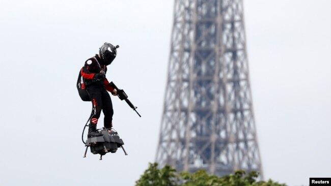 Franky Zapata vuela en un Flyboard cerca de la Torre Eiffel durante el tradicional desfile militar del Día de la Bastilla en París, Francia, el 14 de julio de 2019. REUTERS