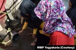 WMP Yogyakarta bersama warga melakukan kegiatan pemantauan jentik di Dusun Kronggahan Sleman. (Foto: Courtesy/WMP Yogyakarta)