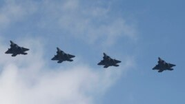 4 chiến đấu cơ tàng hình F-22 của Mỹ bay qua căn cứ không quân Osan ở Pyeongtaek, Hàn Quốc, thứ Tư ngày 17/2/2016.
