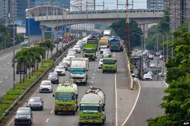 Lalu lintas yang biasanya sangat padat, kini terlihat berkurang akibat keadaan darurat pandemi COVID-19. Kendaraan terlihat bergerak lancar pada jam-jam sibuk sore hari di Jakarta Pusat, 10 Februari 2021.