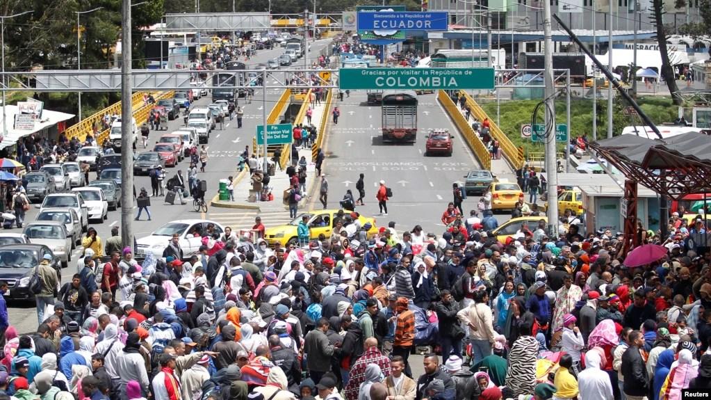 Migrantes venezolanos hacen cola para registrar su salida de Colombia antes de ingresar a Ecuador en el puente internacional Rumichaca, Colombia, el 9 de agosto de 2018.