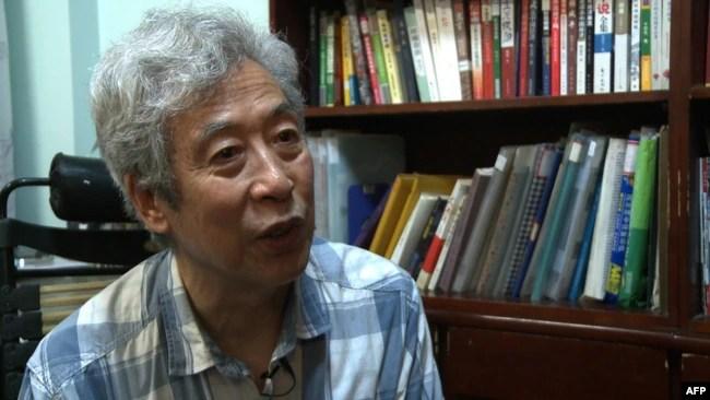 El ex profesor Sun Wenguang habla en su casa en Jinan, provincia de Shandong, este de China.