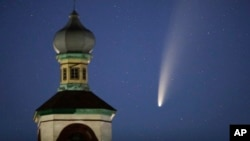Comet Neowise or C / 2020 F3 is seen behind an Orthodox church above the Turets, Belarus, 110 kilometers (69 miles) west of the capital Minsk, early Tuesday, July 14, 2020 (AP Photo / Sergei Grits ).