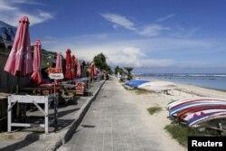 Pantai Pandawa di Kuta Selatan, Bali, terlihat sepi di tengah pandemi COVID-19, 23 Maret 2020. (REUTERS / Johannes P. Christo)