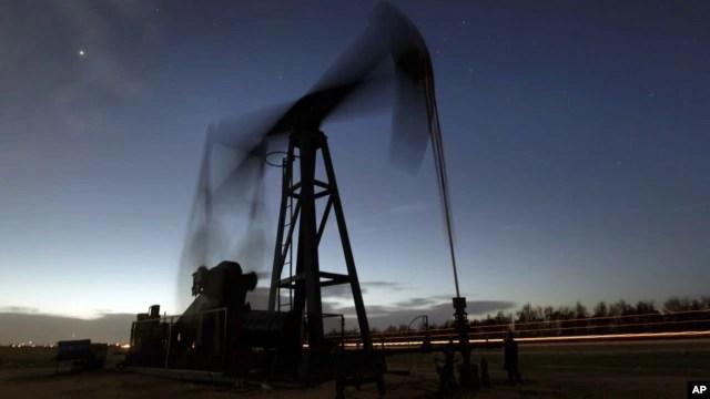 Bức ảnh chụp một đơn vị bơm hút dầu từ mặt đất gần Greensburg, Kansas, Hoa Kỳ.