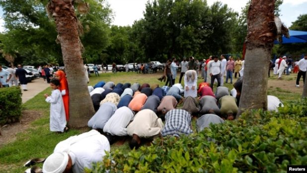 Warga muslim di Texas sedang melaksanakan ibadah.
