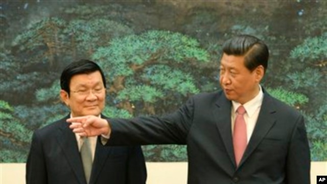 Chủ tịch nước Việt Nam Trương Tấn Sang gặp Chủ tịch Trung Quốc Tập Cận Bình tại Sảnh đường Nhân dân ở Bắc Kinh, ngày 19/6/2013.