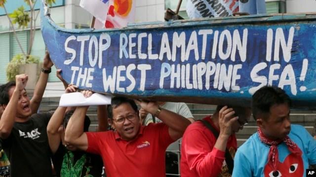 Người Philippines biểu tình trước lãnh sự quán Trung Quốc ở Makati mang theo một chiếc thuyền sơn khẩu hiệu phản đối hành động của Trung Quốc ở Biển Đông, ngày 3/7/2015.
