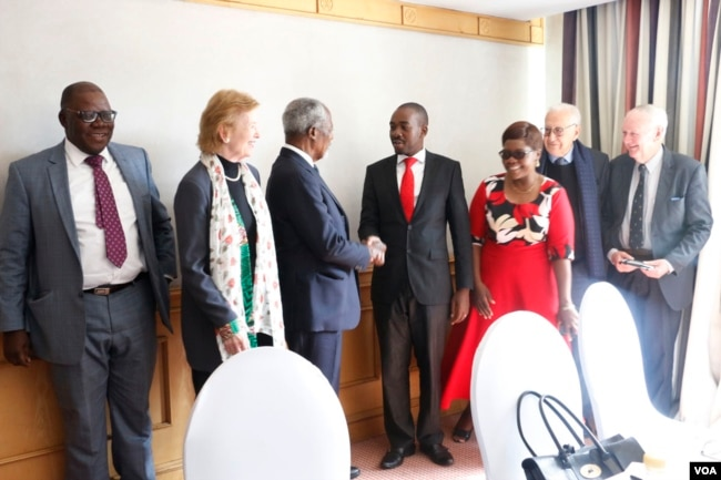 "Former U.N. secretary general Kofi Annan with Nelson Chamisa, leader of the main opposition party, the Movement for Democratic Change Alliance in Harare, July 20, 2018. He is accompanied ""The Elders"" group members Mary Robinson, the former president of Ireland, and Lakhdar Brahimi, an Algerian career diplomat look on. (S. Mhofu/VOA)"
