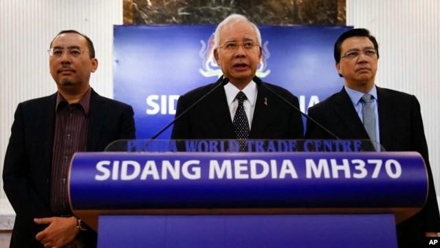 Thủ tướng Malaysian Najib Razak (giữa), phát biểu tại một cuộc họp báo đặc biệt công bố những phát hiện về chuyến bay định mệnh MH370 tại Kuala Lumpur, Malaysia vào ngày Thứ Năm 6/8/2015.