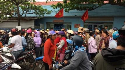 Hàng chục người dân địa phương đã kéo đến trụ sở Công an thị trấn Phan Rí Cửa (huyện Tuy Phong, Bình Thuận) sáng ngày 20/6/2018. Ảnh PLO.vn