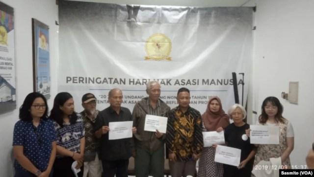 Komisioner Komnas HAM Choirul Anam saat menerima laporan dari para korban dan keluarga korban pelanggaran HAM, 9 Desember 2019. (Foto: VOA/Sasmito)