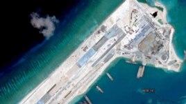Hình ảnh vệ tinh chụp hồi tháng Sáu cho thấy Trung Quốc gần hoàn tất đường băng dài 3.000 mét trên bãi đá Chữ Thập.