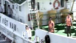 Ảnh do Cảnh sát biển Việt Nam công bố cho thấy các thủy thủ Việt Nam đứng gần mạn tàu bị rách sau khi bị tàu Trung Quốc đâm vào, ngày 7/5/2014.