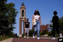 Mahasiswa bermasker berjalan menyusuri kampus Ball State University di Muncie, Ind., Kamis, 10 September 2020. (Foto: AP)