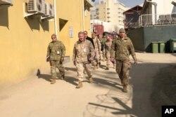 جنرل مک کینزی( وسط) افغانستان کے ایک دورے کے موقع پر۔ 20 جنوری 2020