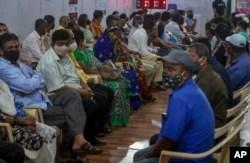 Warga India antre untuk menerima vaksinasi COVID-19 di Mumbai (foto: dok). India masih kekurangan dosis vaksin COVID-19 di tengah tingginya kasus infeksi di sana.