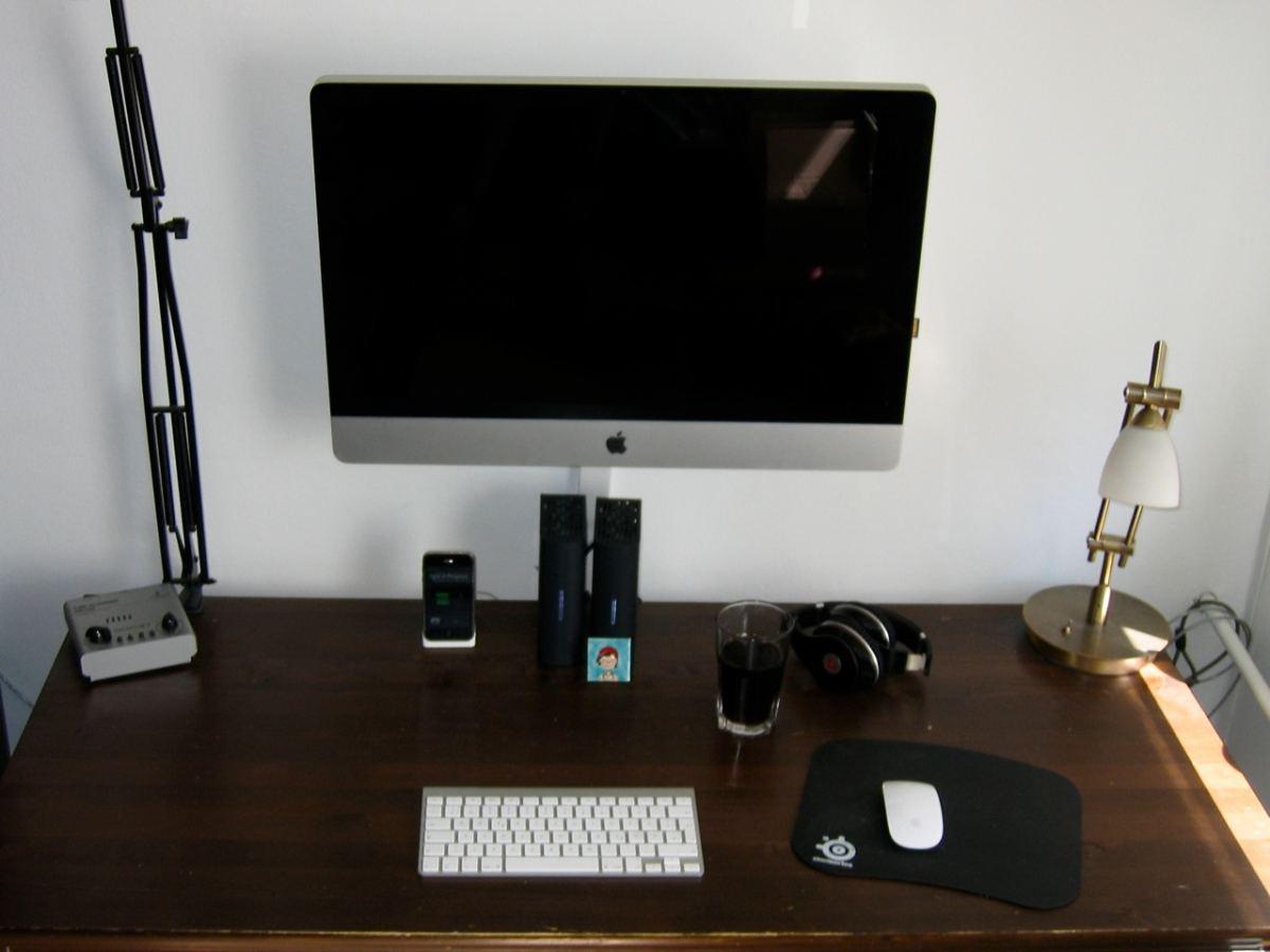 Nachher: der iMac schwebt förmlich über dem Schreibtisch!
