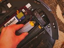 Die Reinigungswalzen aus dem Roomba herausnehmen