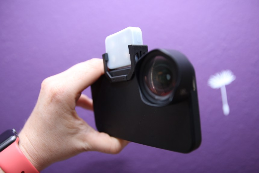 iblazr2 und Moment Wide Lens am iPhone SE.