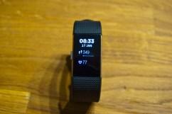 Basis - Uhrzeit, Puls, gelaufene Schritte. Das Display ist frei konfigurierbar
