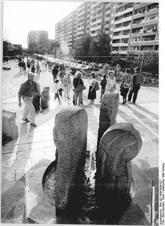 """This GDR press agency photo from September 1989 shows the """"Marzahner Promenade"""" shortly after it was completed (photo: Bundesarchiv 183 1989-0906-027)."""