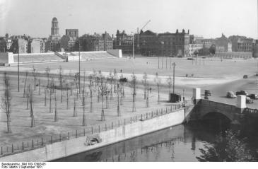 View of Marx-Engels Square in 1951. The reviewing stand at left sits on the spot where the City Palace had stood until one year earlier (Bundesarchiv photo Bild 183-12003-05)