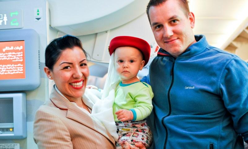 Dziecko w samolocie. Na pokładzie Emirates.