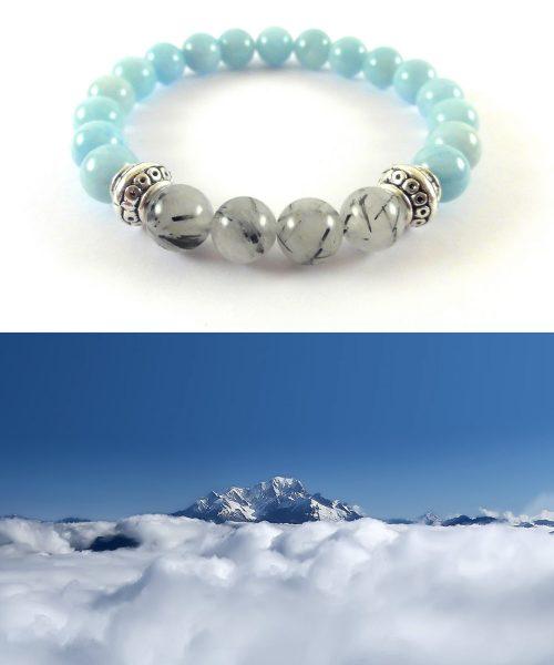 Nuvole sotto cima montagna