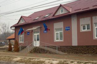 Primaria Geaca, în stânga Centrul de promovare turistică