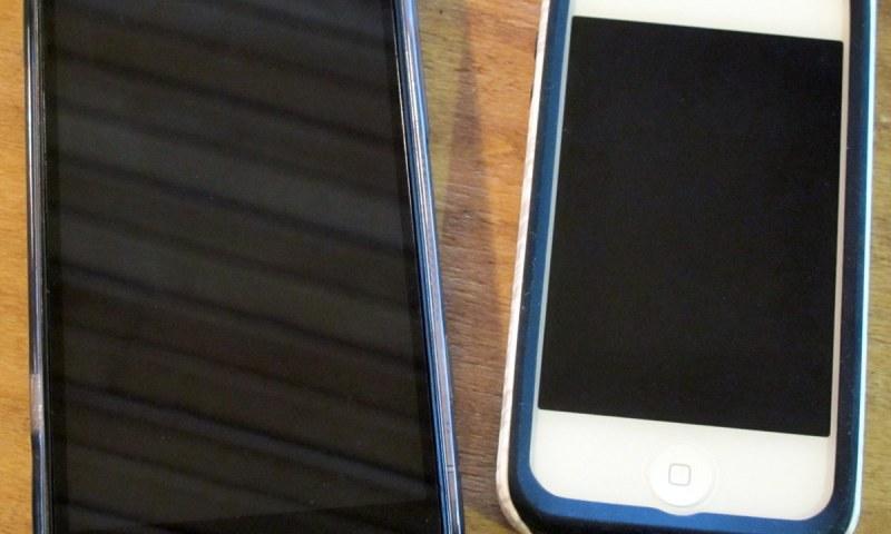 geardiary-iphone4s-vs-windows-phone-htc-titan