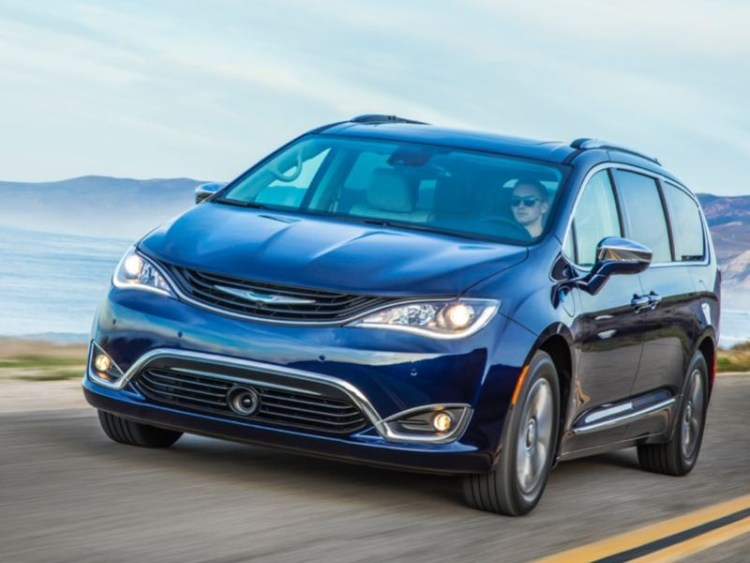 2017 chrysler pacifica hybrid minivan is electrifying geardiary. Black Bedroom Furniture Sets. Home Design Ideas